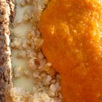 Quinoa med peberfrugtsauce, himmelsk nøddesteg og nem ærtecreme